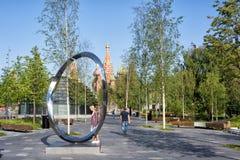 Άνθρωποι που περπατούν θερμό σε έναν ηλιόλουστο στο πάρκο Zaryadye στη Μόσχα, Russi στοκ εικόνες