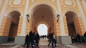 Άνθρωποι που περπατούν κάτω από την αψίδα του κτηρίου arhitecture ύφους classicism απόθεμα βίντεο