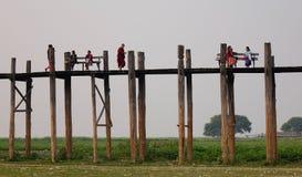 Άνθρωποι που περπατούν και που χαλαρώνουν στη γέφυρα Ubein στο Mandalay, το Μιανμάρ Στοκ Φωτογραφίες