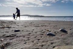 Άνθρωποι που περπατούν κατά μήκος της ακτής Στοκ φωτογραφίες με δικαίωμα ελεύθερης χρήσης
