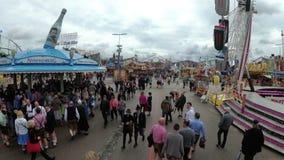 Άνθρωποι που περπατούν κατά μήκος της κεντρικής οδού του φεστιβάλ μπύρας Oktoberfest Μόναχο, Γερμανία φιλμ μικρού μήκους