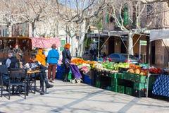 Άνθρωποι που περπατούν κατά μήκος των στάβλων τροφίμων σε μια τοπική αγορά Esporles, Μαγιόρκα, Ισπανία στοκ εικόνα