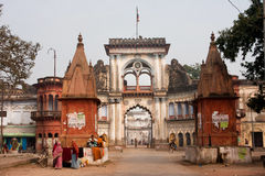 Άνθρωποι που περπατούν κοντά στις όμορφες πύλες της Ινδικής πόλης Ayodhya στοκ εικόνες με δικαίωμα ελεύθερης χρήσης