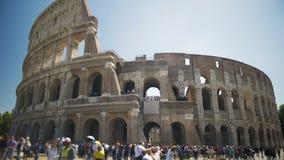 Άνθρωποι που περπατούν κοντά στο αμφιθέατρο Coliseum στο κέντρο της Ρώμης, επίσκεψη φιλμ μικρού μήκους