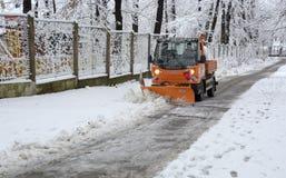 Άνθρωποι που περπατούν μέσα κατά τη διάρκεια των χιονοπτώσεων στο πάρκο στη Sofia, Βουλγαρία, στις 29 Δεκεμβρίου 2014 Στοκ φωτογραφία με δικαίωμα ελεύθερης χρήσης