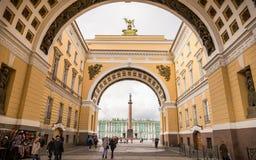 Άνθρωποι που περπατούν μέσω της πορείας στο τετράγωνο παλατιών και το χειμερινό pala Στοκ Εικόνα