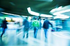 Άνθρωποι που περπατούν μέσω της σήραγγας Στοκ φωτογραφία με δικαίωμα ελεύθερης χρήσης