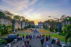 Άνθρωποι που περπατούν μέσω των λόγων στο πολιτιστικό πάρκο Garuda Wisnu Kencana - Μπαλί στοκ εικόνες