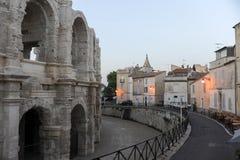 Άνθρωποι που περπατούν μπροστά από το amphithater σε Arles Στοκ Εικόνες