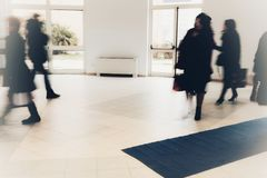 Άνθρωποι που περπατούν ξέφρενα Στοκ εικόνα με δικαίωμα ελεύθερης χρήσης