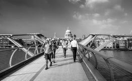 Άνθρωποι που περπατούν πέρα από τη γέφυρα χιλιετίας στο Λονδίνο - το ΛΟΝΔΙΝΟ - τη ΜΕΓΑΛΗ ΒΡΕΤΑΝΊΑ - 19 Σεπτεμβρίου 2016 Στοκ φωτογραφίες με δικαίωμα ελεύθερης χρήσης