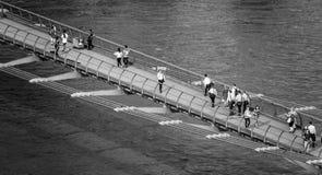 Άνθρωποι που περπατούν πέρα από τη γέφυρα χιλιετίας στο Λονδίνο - εναέρια άποψη - ΛΟΝΔΙΝΟ - ΜΕΓΑΛΗ ΒΡΕΤΑΝΊΑ - 19 Σεπτεμβρίου 2016 Στοκ Εικόνες