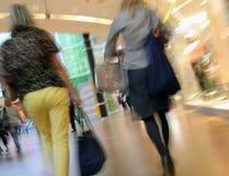 Άνθρωποι που περπατούν σε μια λεωφόρο αγορών Στοκ Εικόνες
