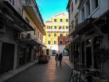 Άνθρωποι που περπατούν σε μια οδό της παλαιάς πόλης του νησιού Ελλάδα της Κέρκυρας Στοκ εικόνες με δικαίωμα ελεύθερης χρήσης