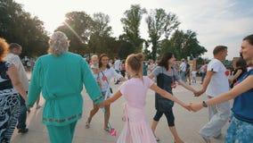 Άνθρωποι που περπατούν στα χέρια μιας κύκλων εκμετάλλευσης απόθεμα βίντεο