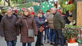 Άνθρωποι που περπατούν στην έκθεση Χριστουγέννων φιλμ μικρού μήκους