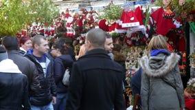 Άνθρωποι που περπατούν στην έκθεση Χριστουγέννων απόθεμα βίντεο
