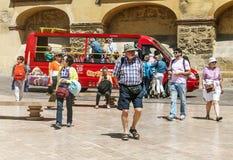 Άνθρωποι που περπατούν στην Κόρδοβα στοκ εικόνες