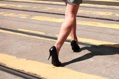 Άνθρωποι που περπατούν στην οδό ζέβους περάσματος Στοκ φωτογραφία με δικαίωμα ελεύθερης χρήσης