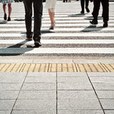 Άνθρωποι που περπατούν στην οδό ζέβους περάσματος Στοκ εικόνα με δικαίωμα ελεύθερης χρήσης