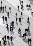 Άνθρωποι που περπατούν στην οδό Στοκ εικόνα με δικαίωμα ελεύθερης χρήσης