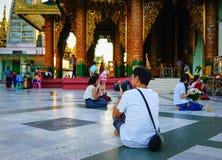 Άνθρωποι που περπατούν στην παγόδα Shwedagon Στοκ Φωτογραφία