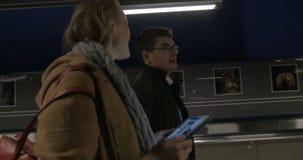 Άνθρωποι που περπατούν στην υπόγεια διάβαση πεζών φιλμ μικρού μήκους