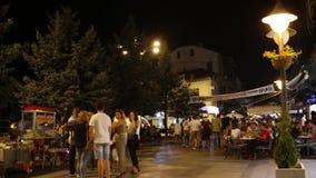 Άνθρωποι που περπατούν στο κεντρικό δρόμο της Μπίτολα τη νύχτα Η Μπίτολα είναι η δεύτερη μεγαλύτερη πόλη του Republi φιλμ μικρού μήκους