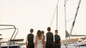 Άνθρωποι που περπατούν στο λιμάνι στο ηλιοβασίλεμα απόθεμα βίντεο