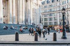 Άνθρωποι που περπατούν στο μέτωπο και που κάθονται στα σκαλοπάτια του ST Paul στοκ εικόνες