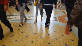 Άνθρωποι που περπατούν στο πάτωμα μωσαϊκών, λεωφόρος αγορών, κέντρο γραφείων, σιδηροδρομικός σταθμός απόθεμα βίντεο
