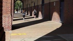 Άνθρωποι που περπατούν στο πεζοδρόμιο πόλεων με τα αυτοκίνητα στην οδό απόθεμα βίντεο