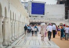 Άνθρωποι που περπατούν στο χρυσό παλάτι σε Amritsar, Ινδία Στοκ φωτογραφία με δικαίωμα ελεύθερης χρήσης