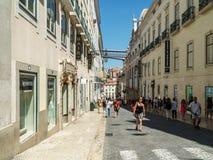 Άνθρωποι που περπατούν τη στο κέντρο της πόλης πόλη της Λισσαβώνας στην Πορτογαλία Στοκ Φωτογραφίες
