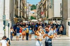 Άνθρωποι που περπατούν τη στο κέντρο της πόλης πόλη της Λισσαβώνας στην Πορτογαλία Στοκ φωτογραφία με δικαίωμα ελεύθερης χρήσης