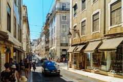 Άνθρωποι που περπατούν τη στο κέντρο της πόλης πόλη της Λισσαβώνας στην Πορτογαλία Στοκ Εικόνα