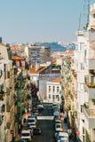 Άνθρωποι που περπατούν τη στο κέντρο της πόλης πόλη της Λισσαβώνας στην Πορτογαλία Στοκ Φωτογραφία