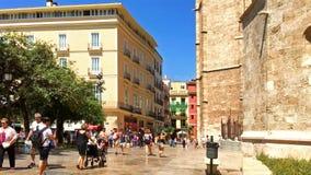 Άνθρωποι που περπατούν τη στο κέντρο της πόλης πόλη της Βαλένθια στην Ισπανία απόθεμα βίντεο