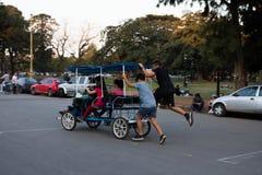 άνθρωποι που περπατούν τις νεολαίες στοκ εικόνες με δικαίωμα ελεύθερης χρήσης
