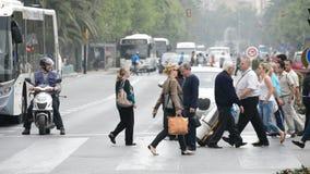 Άνθρωποι που περπατούν το ζέβες πέρασμα