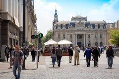 Άνθρωποι που περπατούν Plaza de Armas στο Σαντιάγο, Χιλή με κεντρικό Στοκ Εικόνα