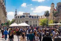 Άνθρωποι που περπατούν Plaza de Armas στο Σαντιάγο, Χιλή με κεντρικό Στοκ Εικόνες