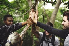 Άνθρωποι που πραγματοποιούν οδοιπορικό σε ένα δάσος στοκ φωτογραφίες