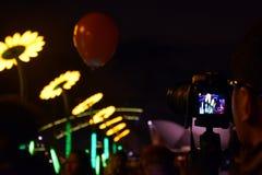 Άνθρωποι που προσέχουν και που παίρνουν τις φωτογραφίες της τέχνης ηλίανθων Στοκ φωτογραφίες με δικαίωμα ελεύθερης χρήσης