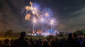 Άνθρωποι που προσέχουν την επίδειξη πυροτεχνημάτων στη φωτιά 4ος του εορτασμού Νοεμβρίου, Kenilworth Castle, Ηνωμένο Βασίλειο στοκ φωτογραφίες