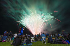 Άνθρωποι που προσέχουν την επίδειξη πυροτεχνημάτων Στοκ φωτογραφία με δικαίωμα ελεύθερης χρήσης