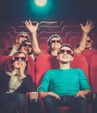Άνθρωποι που προσέχουν τον κινηματογράφο στον κινηματογράφο στοκ εικόνες