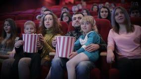 Άνθρωποι που προσέχουν τον κινηματογράφο στον κινηματογράφο απόθεμα βίντεο