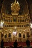 Άνθρωποι που προσεύχονται μέσα στον ορθόδοξο καθεδρικό ναό Timisoara Στοκ Εικόνα