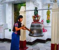Άνθρωποι που προσεύχονται στην παγόδα Shwedagon Στοκ εικόνα με δικαίωμα ελεύθερης χρήσης